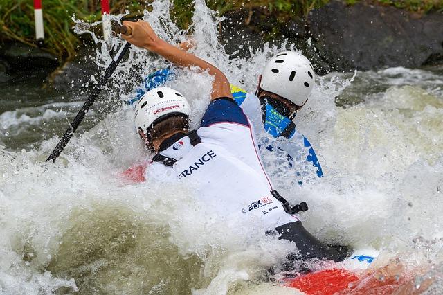 deux hommes qui font du canoe