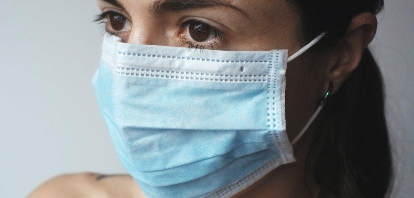 Une femme qui porte un masque pour le covid19
