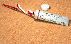 La pate de dentifrice peut aussi marcher pour enlever de la colle forte sur du verre
