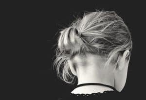 Attacher les cheveux : précaution pour éviter les poux